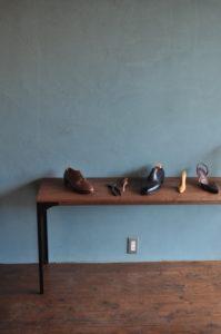 アイアン脚の飾りテーブル