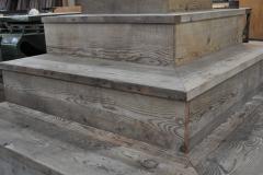 階段状のアパレルショップ什器