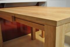 スライドさせて伸縮するテーブル