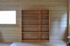 仕切り板が移動出来る本棚