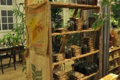 コーヒーショップの豆保管棚
