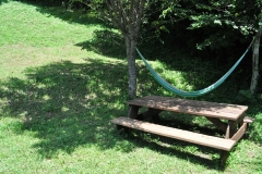 古材のピクニックテーブル