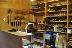 靴屋のカウンターと収納棚