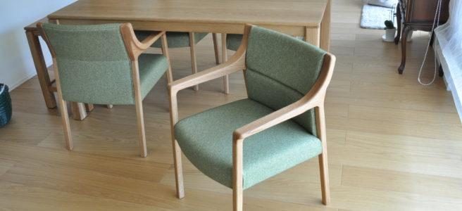 アームが特徴的な緑の椅子